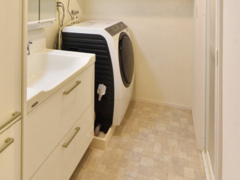 クロスやクッションフロア、洗面台も一新した洗面脱衣室