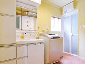 明るさと広さを増し、タイル風クッションフロアを敷いた洗面脱衣室