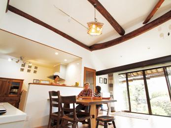 既存の梁や欄間を再利用して古き良き日本家屋の面影を