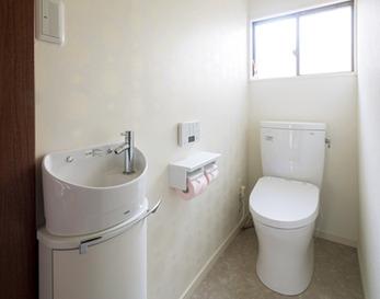 シンプルに、やや広くなったトイレ