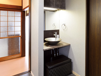 広めの洗面脱衣室に設けた造作洗面台の手洗い鉢には信楽焼を採用
