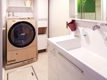 白で統一したシンプルな洗面室