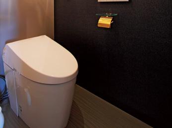黒×白のシックなデザインにゴールドの小物が映えるホテルライクなトイレ