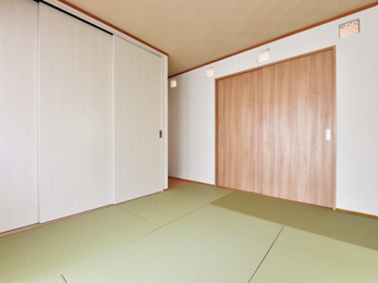 壁は消臭・調湿効果が期待できる漆喰を採用
