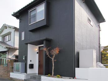 塗装し直した外壁がモダンな印象の外観