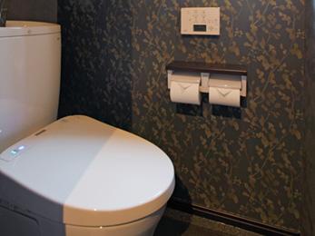 高級感漂うクロスを壁にあしらったトイレ