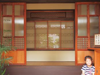 和室から取り外した建具や欄間を組み合わせてレトロな空間が完成