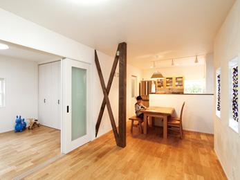 無垢材や漆喰壁など自然素材を多用 家族参加の壁塗りで思い入れある家に