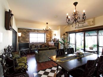 アンティーク家具に囲まれて 夫婦二人が快適に暮らせる家