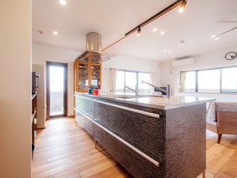 壁付きだったキッチンはサイズの大きいアイランド型にし、回遊性を持たせた