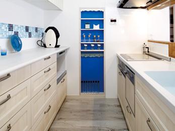 キッチンの壁に設けたニッチは上の部分を波形に施工