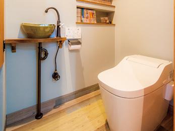 木調のフロアタイルを張ったトイレには念願の書棚が