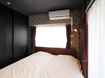 黒を基調とした落ち着きのある寝室