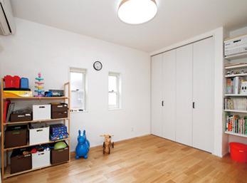 可動棚の下段は絵本専用にし、片付けやすいよう工夫を凝らした