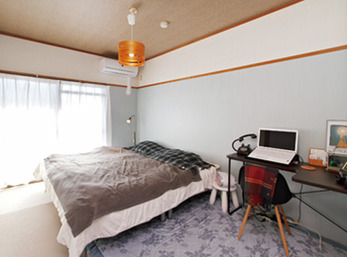 家で仕事をする奥様のワークスペースを兼ねた寝室