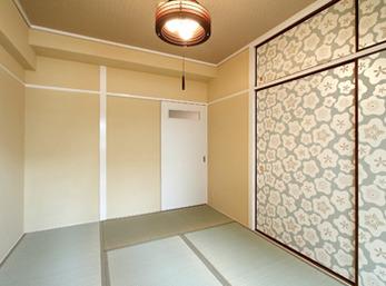 和室の壁は、mamé decoオリジナルの漆喰を塗装