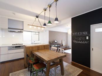 料理・配膳のしやすさを考慮して造作のカウンターを設置