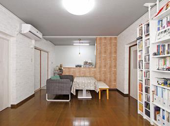 リビングの壁は白いレンガ柄にし、片開きドアの色も壁に合わせた