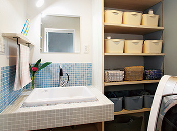 カウンターと壁の立ち上がりをタイル張りにした造作洗面台が目を引く