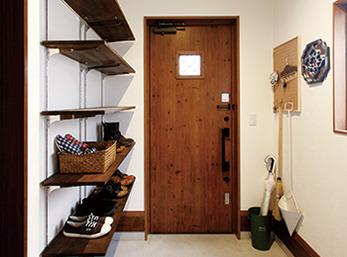 靴用の造作棚は見せる収納に変更