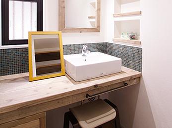 造作カウンターがすてきな洗面室
