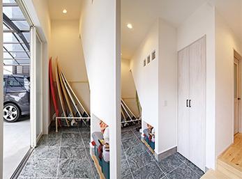 玄関土間には、階段下を利用し収納スペースも多く確保