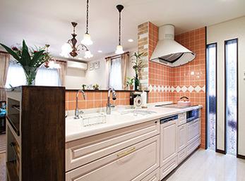 キッチン内側の壁面にはタイル、リビング側にはレンガを貼ったキッチン