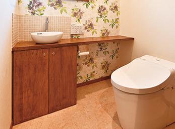 大柄のアクセントクロスが印象的なトイレ