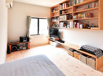 上部の空間をうまく使って造り付けた本棚が目を引く