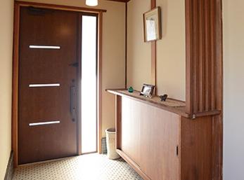 壁と玄関ドア、靴箱の扉のみ新しくした玄関