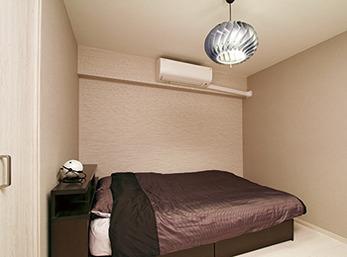 元・和室だった部屋はシンプルな寝室に変更