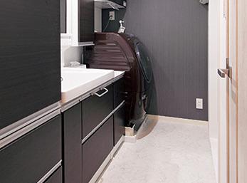 洗面脱衣室はご主人のお好みであるモノトーンでコーディネート