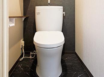 トイレはTOTOに一新し、壁に収納棚を設置