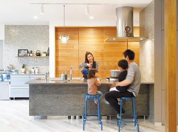 憧れのキッチンから広く暖かいリビングで過ごす家族を見守る喜び