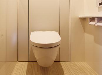 ドアの位置を変更し使いやすいトイレにリノベーション