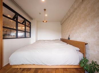 室内窓の遮光ロールスクリーンが安眠を確保する寝室