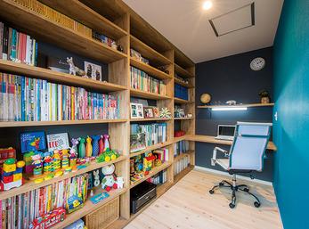 大きな書棚で子どもの絵本やおもちゃもすっきり収納