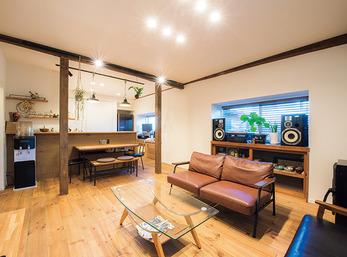 パイン材の床が心地いい、開放的で温かみのある空間