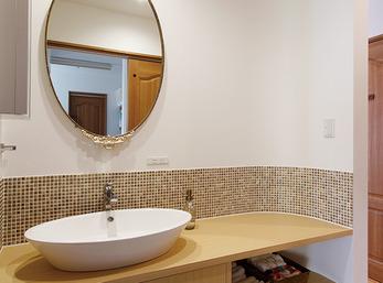 鏡に合わせたタイルや洗面ボウルをチョイス