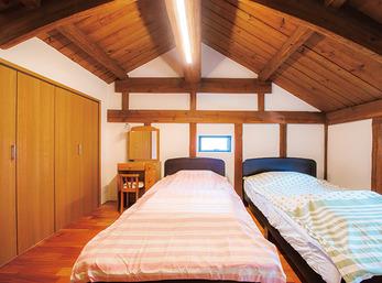 立派な梁が間近に迫る、落ち着きのある蔵の寝室