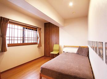 格子デザインの建具との調和も考慮した寝室の窓