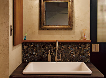 玄関ホールに新設したシンプルでレトロな洗面台