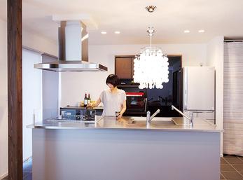 デザイン性のある照明がアクセントのキッチン