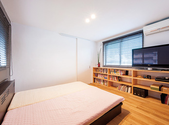 ウォークインクローゼットと造作本棚で収納力のある寝室