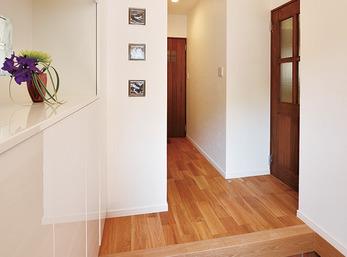収納力と明るさを兼ね備えた玄関ホール