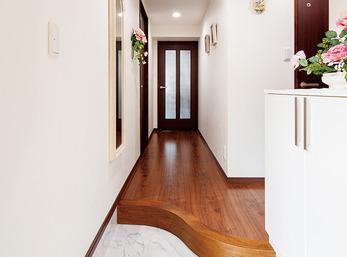 優しい曲線が来訪者を出迎える高級感ある空間