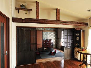 古材を使った梁や床にアンティーク家具が映える和テイストの空間
