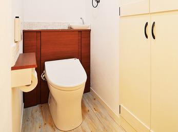 漆喰の塗り壁にアイアンの金具のシックなトイレ