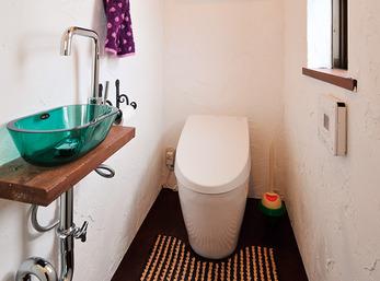 印象的な洗面台見せる収納棚に遊び心アリ