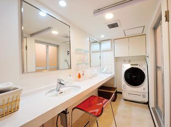 ホテルをイメージしたシンプルで広々した洗面スペース